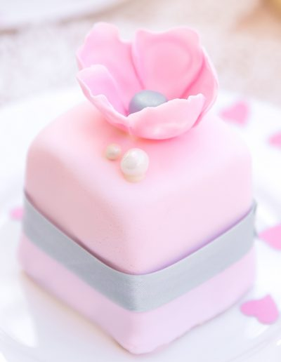 pink-edible-bonboniere-mini-cakes_kitchen-tea-wedding_sydney-custom-cakes_sweetmakescakes